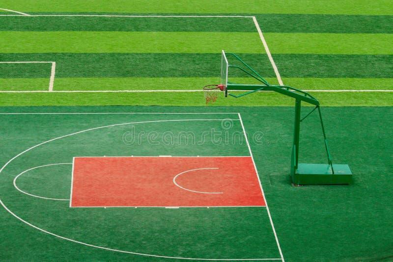 Im FreienBasketballplatz lizenzfreie stockfotografie