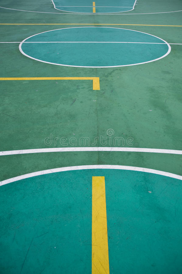 Im FreienBasketballplatz lizenzfreie stockbilder