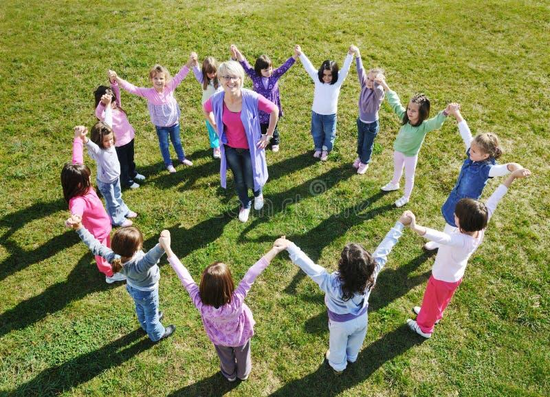 Im Freiendie vorschulkinder haben Spaß stockbilder
