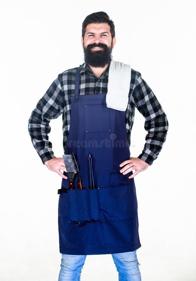 Im Freiengrill Kochen des Grills r Bärtiger Mann mit Grill lizenzfreie stockfotos