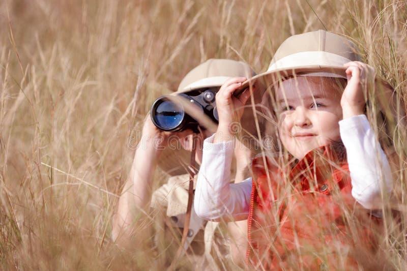 Im Freienkindspielen des Spaßes stockbild