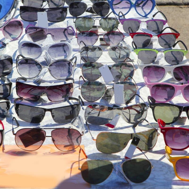 Im Freienmarktsystem vieler Sonnenbrillen stockfoto