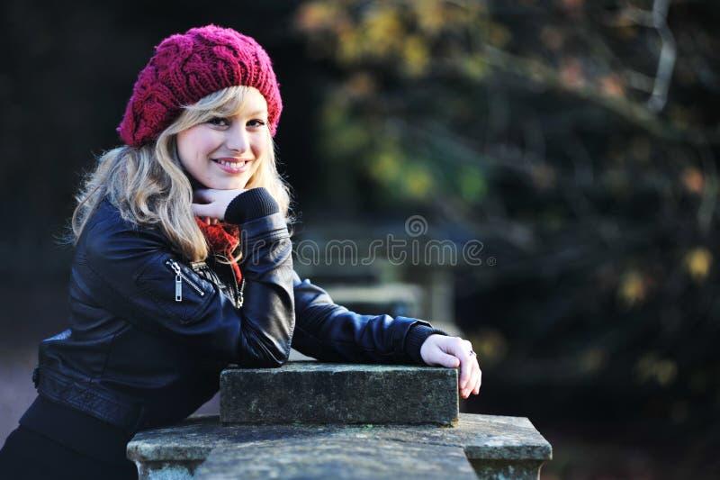 Im Freienportrait der glücklichen jungen Frau stockbild