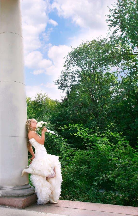 Im Freienportrait der jungen Braut lizenzfreies stockbild