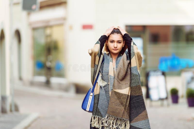 Im Freienportrait der jungen schönen Frau lizenzfreie stockbilder