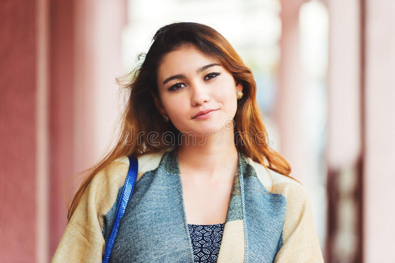 Im Freienportrait der jungen schönen Frau lizenzfreies stockbild