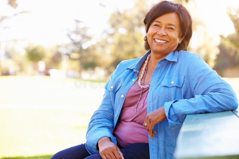 Im Freienportrait der lächelnden älteren Frau lizenzfreies stockfoto
