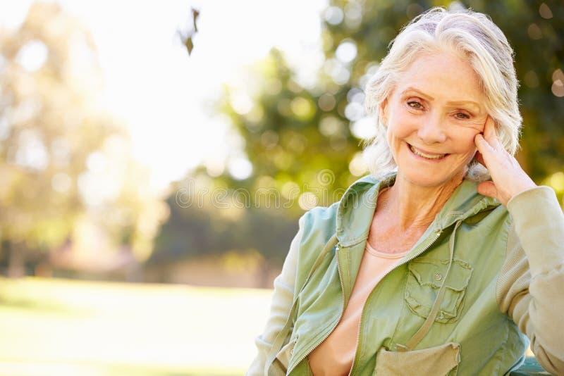 Im Freienportrait der lächelnden älteren Frau lizenzfreie stockfotos