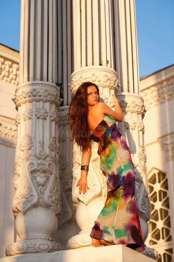 Im Freienportrait der schönen jungen Frau lizenzfreie stockfotos