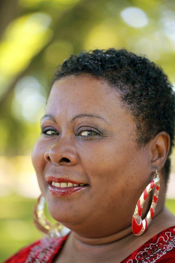 Im Freienportrait der schweren schwarzen von mittlerem Alter Frau stockfotografie