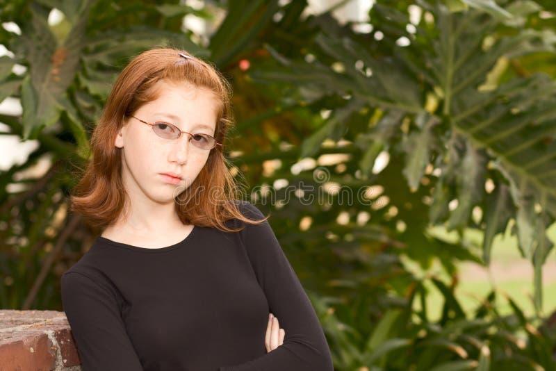 Im Freienportrait des jugendlich Mädchens des Redhead in den Gläsern lizenzfreie stockfotografie