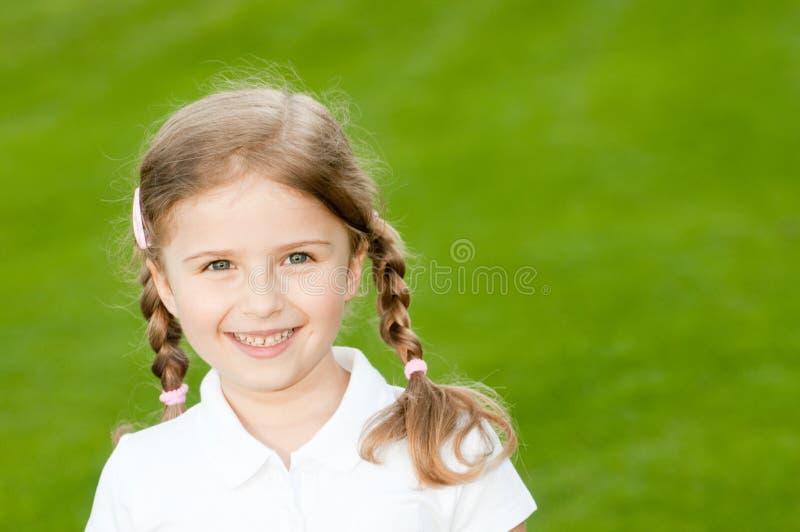 Im Freienportrait des schönen Mädchens lizenzfreies stockbild