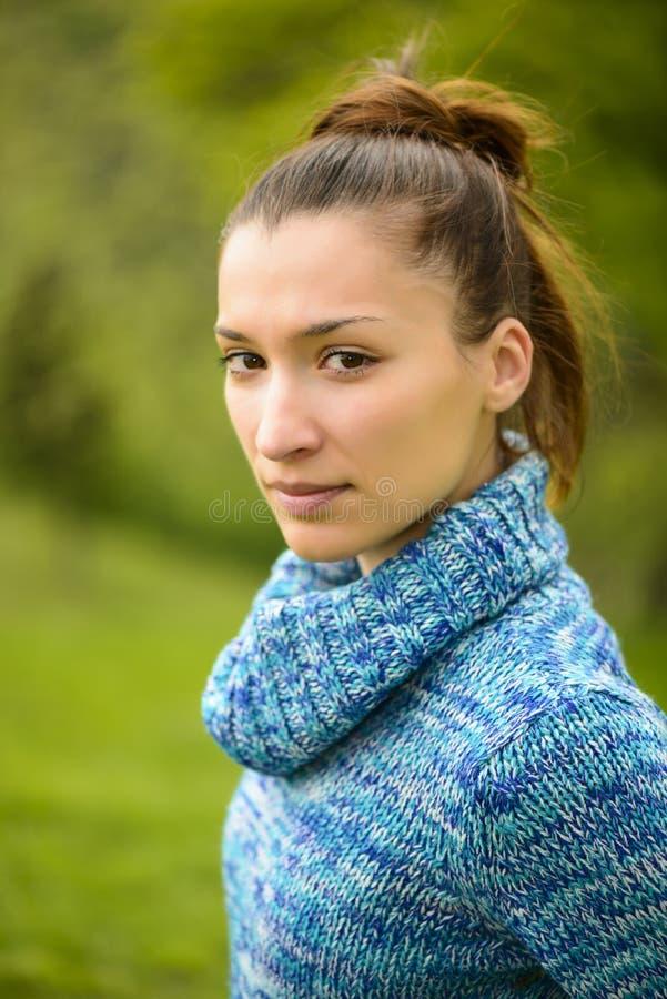 Im Freienportrait einer jungen Frau lizenzfreie stockfotografie