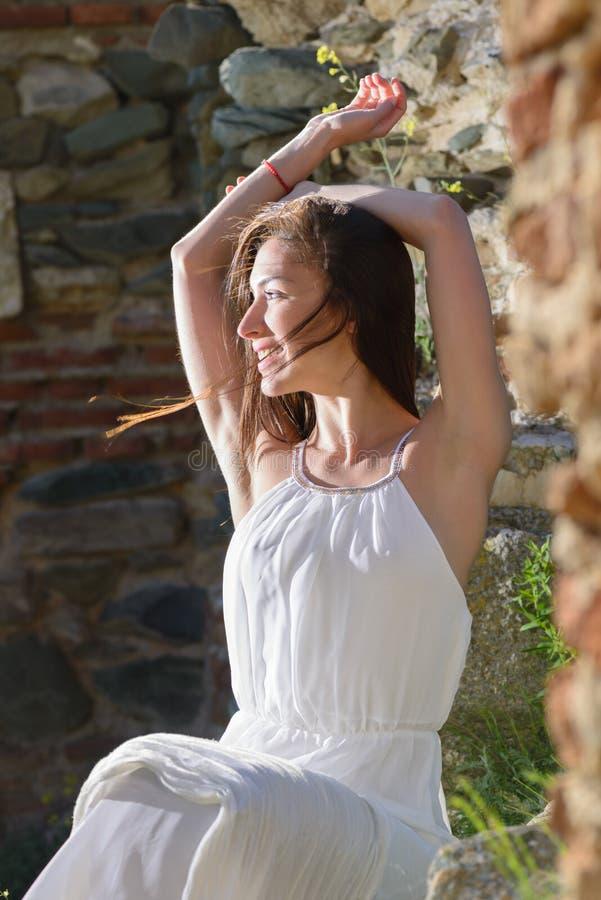 Im Freienportrait einer jungen Frau stockfotos
