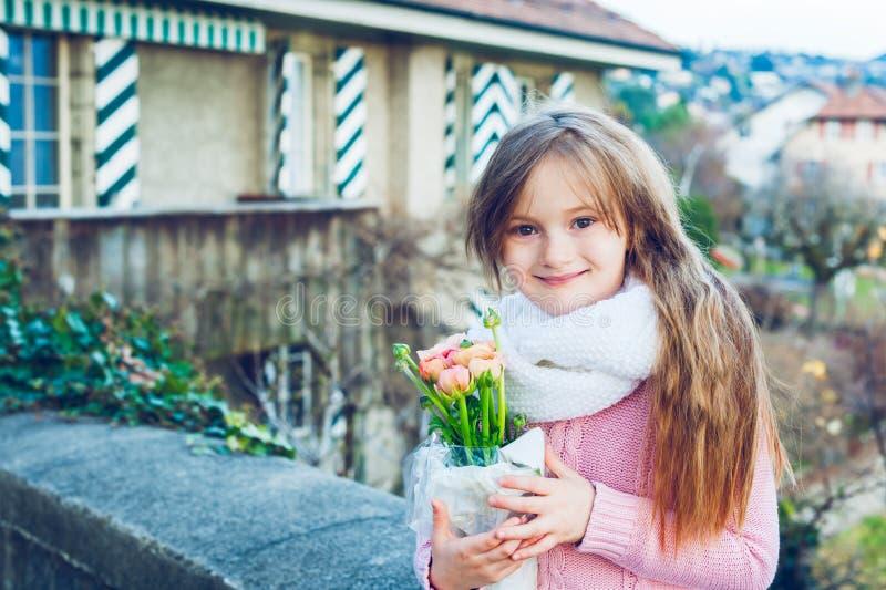 Im Freienportrait eines netten kleinen Mädchens lizenzfreie stockfotos