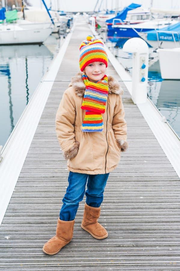 Im Freienportrait eines netten kleinen Mädchens lizenzfreies stockfoto