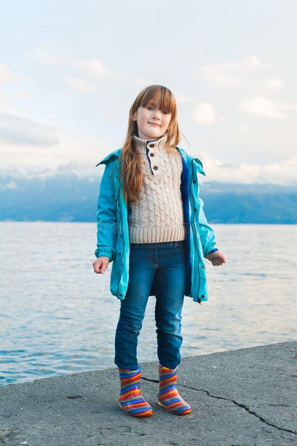 Im Freienportrait eines netten kleinen Mädchens stockbilder