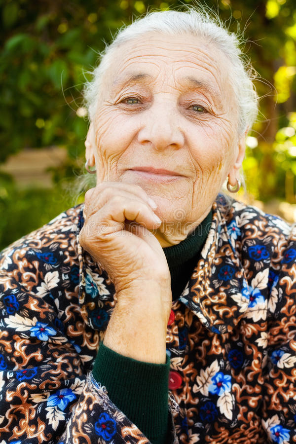 Im Freienportrait von einer eleganten älteren Frau stockfoto