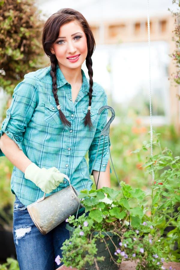 Im Garten arbeitenfrau lizenzfreies stockbild