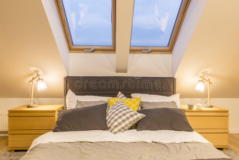 Im Großformat Bett im Dachboden stockfotos