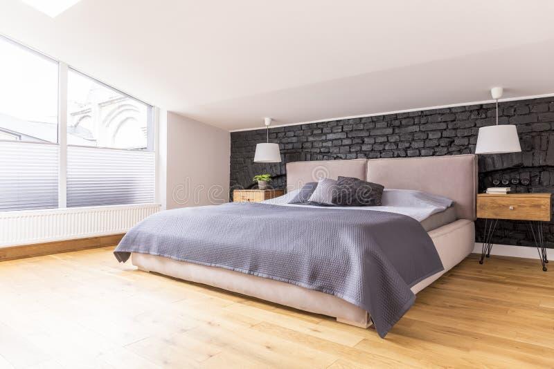 Im Großformat Bett zwischen Kopfendekabinetten stockfoto