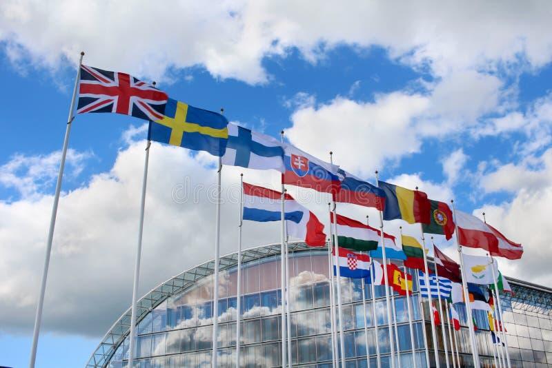 Im Hintergrund - Berlaymont-Gebäude in Brüssel, Belgien lizenzfreies stockbild