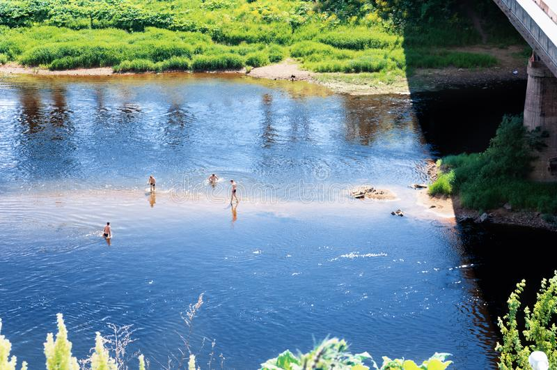Im Juni an der Wolga in der Stadt Rzhev Teens spielen Ball auf dem Fluss stockfotos