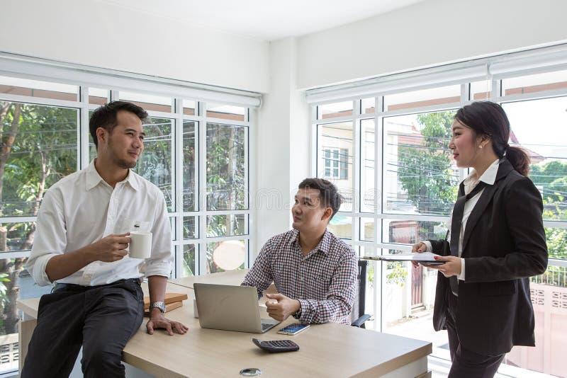 Im kleinen Büro unter Verwendung der Laptop-Computers arbeiten, lächelnd lizenzfreies stockfoto