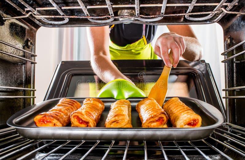 Im Ofen zu Hause kochen stockfotos