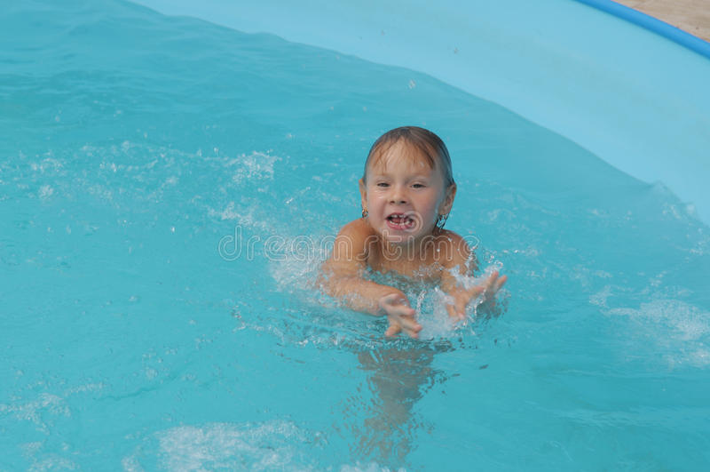 Im Pool stockbild