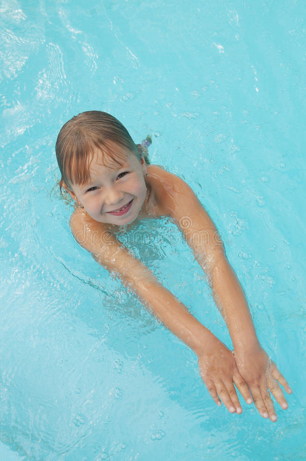 Im Pool stockfotos