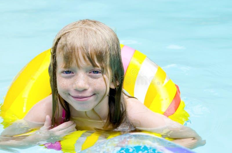 Im Pool! lizenzfreies stockbild
