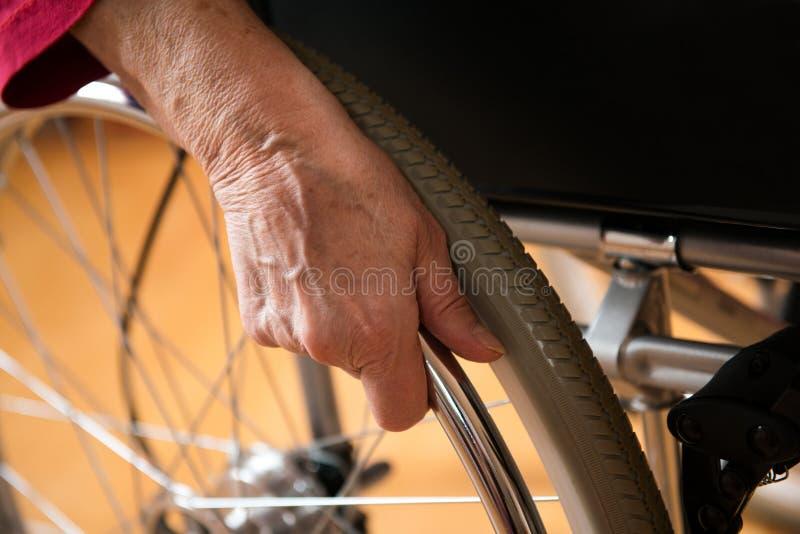 Im Rollstuhl lizenzfreie stockfotografie