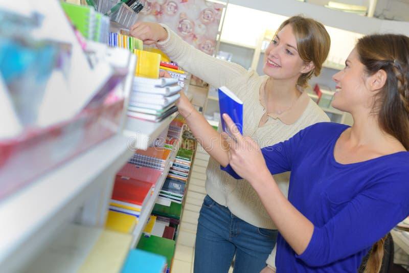 Im Schul- und Bürozubehörspeicher lizenzfreie stockfotos