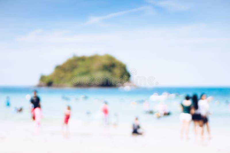 Im Sommerurlaub Abstrakte verschwommene Hintergrundbilder des Strandes und der Menschen, die tropischen Strand genießen lizenzfreie stockfotografie