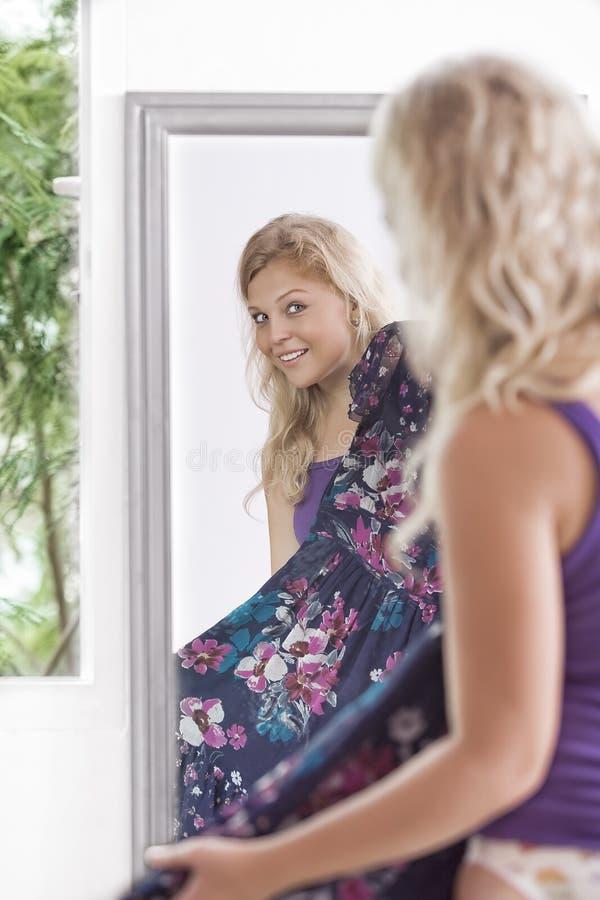 Im Spiegel stockbild