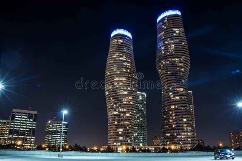 Im Stadtzentrum gelegene absolute Gebäude-Nacht 2 Mississauga stockbild
