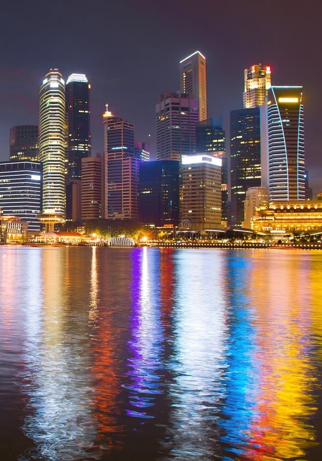 Im Stadtzentrum gelegene Ansicht Singapur-Geschäfts Nacht stockbild