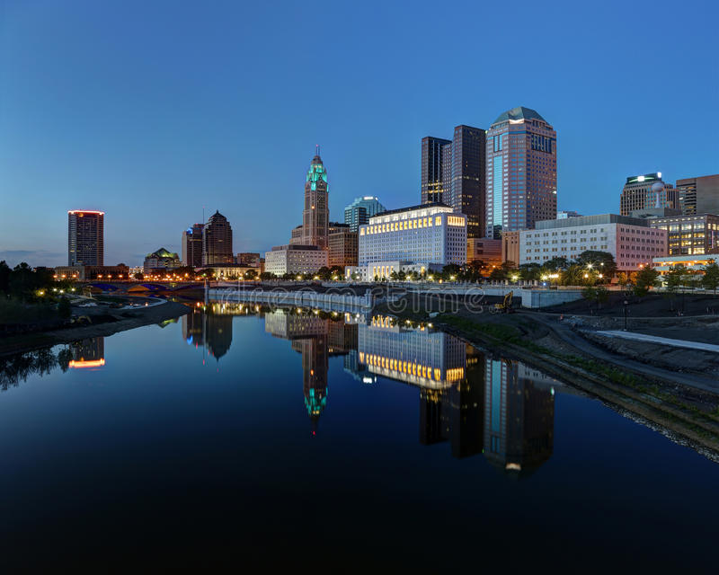 Im Stadtzentrum gelegene Aussicht der szenischen Nachtzeit lizenzfreie stockfotos