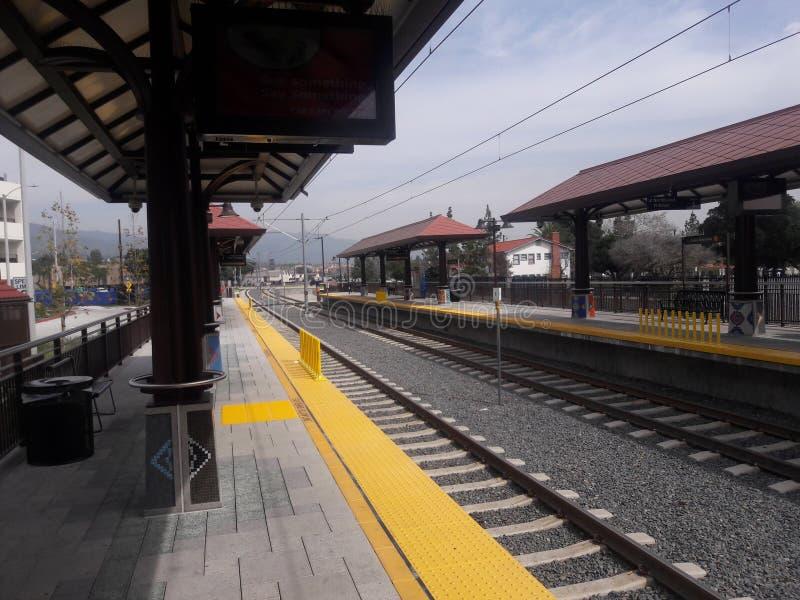 Im Stadtzentrum gelegene Azusa Metro Gold Line Station stockbild