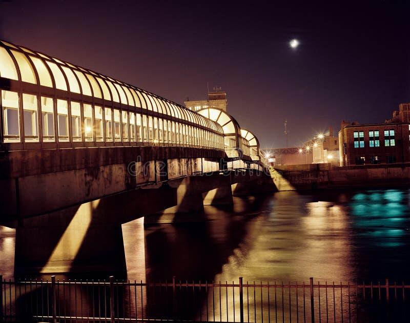 Im Stadtzentrum gelegene Brücke nachts stockfotos