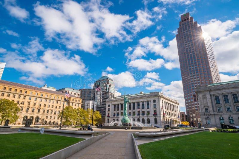 Im Stadtzentrum gelegene Cleveland-Skyline und Brunnen der ewiges Lebens-Statue lizenzfreie stockbilder