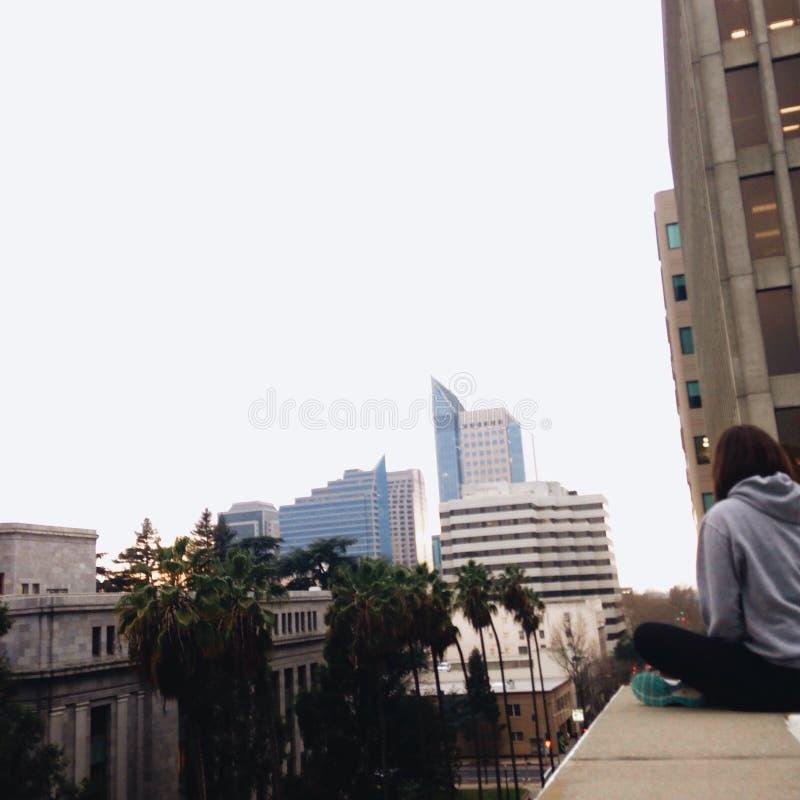 Im Stadtzentrum gelegene Dachspitze lizenzfreie stockfotos