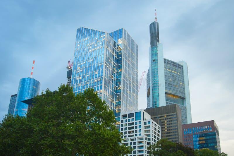 Im Stadtzentrum gelegene Geschäftsarchitektur Deutschland Frankfurts lizenzfreies stockbild