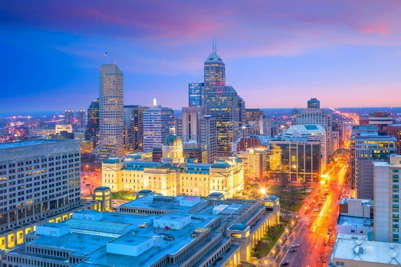 Im Stadtzentrum gelegene Indianapolis-Skyline in der Dämmerung lizenzfreie stockfotografie