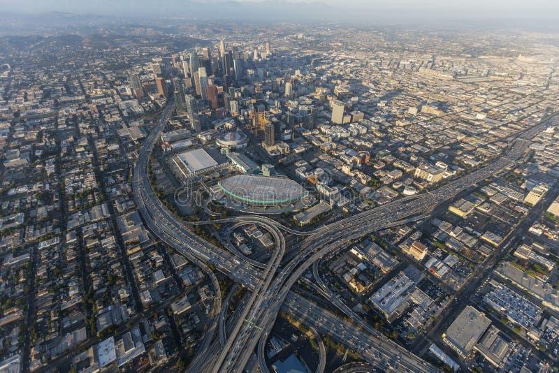 Im Stadtzentrum gelegene Los Angeles-Autobahn-Austausch-Antenne lizenzfreie stockfotos