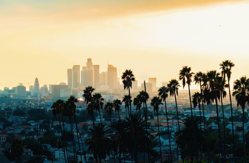 Im Stadtzentrum gelegene Los Angeles-Skyline bei Sonnenuntergang stockbilder