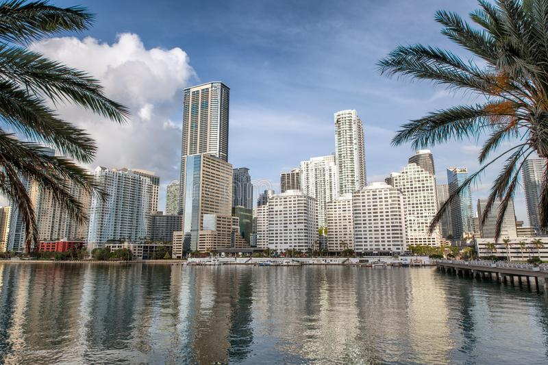 Im Stadtzentrum gelegene Miami-Skyline und Gebäudereflexionen von Brickell K lizenzfreie stockfotografie