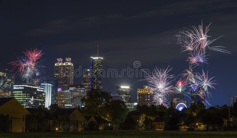 Im Stadtzentrum gelegene Nachtskyline und -Feuerwerke Atlantas lizenzfreies stockbild