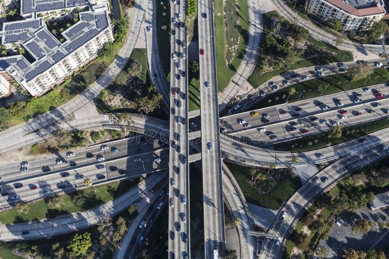 Im Stadtzentrum gelegene Niveau-Autobahn-Austausch-Antenne Los Angeless vier stockbild